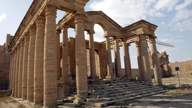 Colonnas anticas che vesan ora sco l'entrada en in tempel.