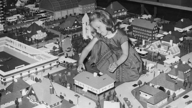 Eine Mädchen beim Lego Spielen.