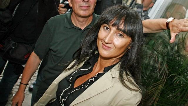 Junge Frau mit schwarzen Haaren.