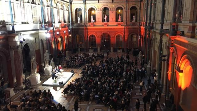 Podium mit mehreren Menschen in einem grossen Saal