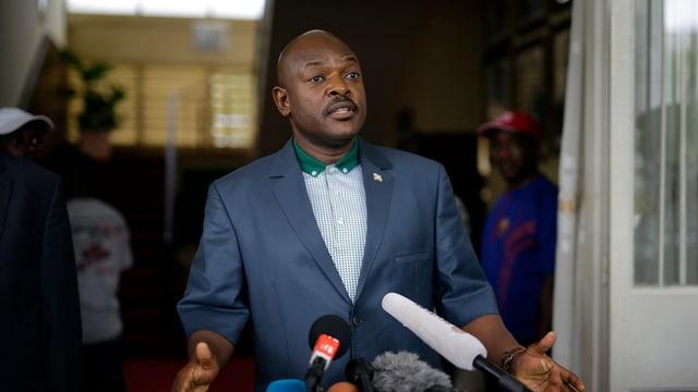 Burundis Präsident Nkurunziza vor Mikrophonen.