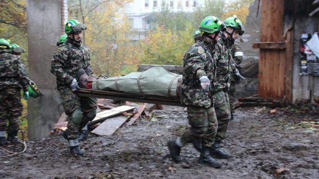 Rettungstruppen üben den Ernstfall und bergen Verletzte.