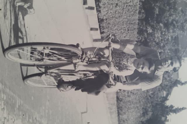 Peter Tobler sitz bei seinem Vater vorne auf dem Fahrrad.