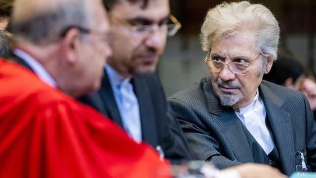 Irans Anwalt Mohebi beim Prozessauftakt in Den Haag.