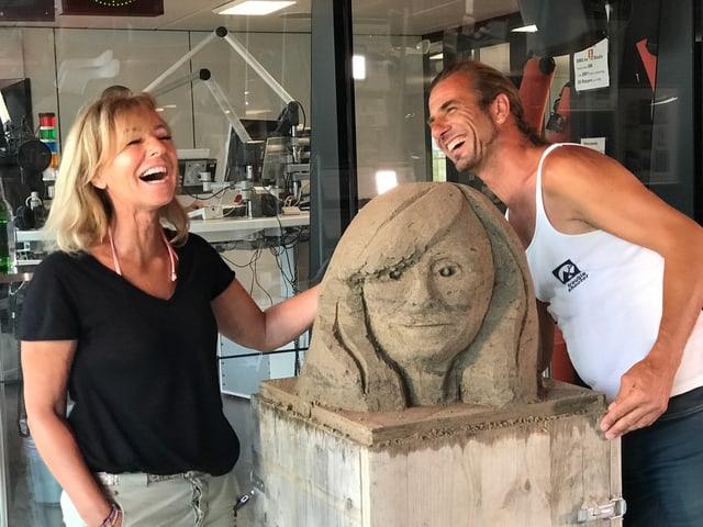 Marietta Tomaschett und Urs Koller mit der fertigen Büste.