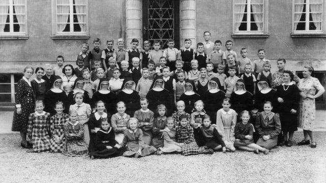 Ein Gruppenfoto von Kindern und Nonnen.