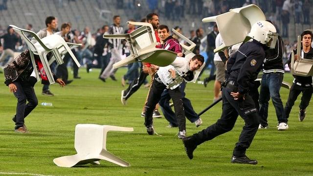 Im Atatürk-Stadion kam es zu wüsten Ausschreitungen.