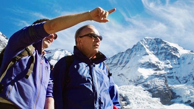 Das Bild zeigt Walter Pfeiffer mit einem Freund vor Bergen.
