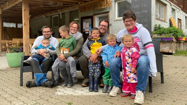 Las famiglias Caratsch e Poltera mainan il nov campadi puril a Rona.
