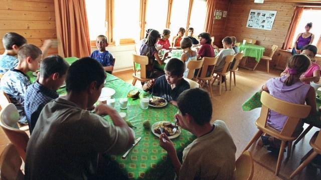 Kinder beim gemeinsamen Mittagessen in Speisesaal.