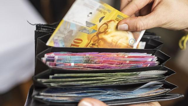 Zu sehen ist Geld in einer Brieftasche.