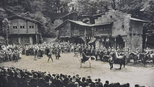 Schwarz-Weiss Foto von einer Theaterkulisse im Freien aus dem Jahr 1924