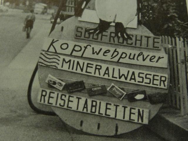 Historische Aufnahme eines Werbeschilds.