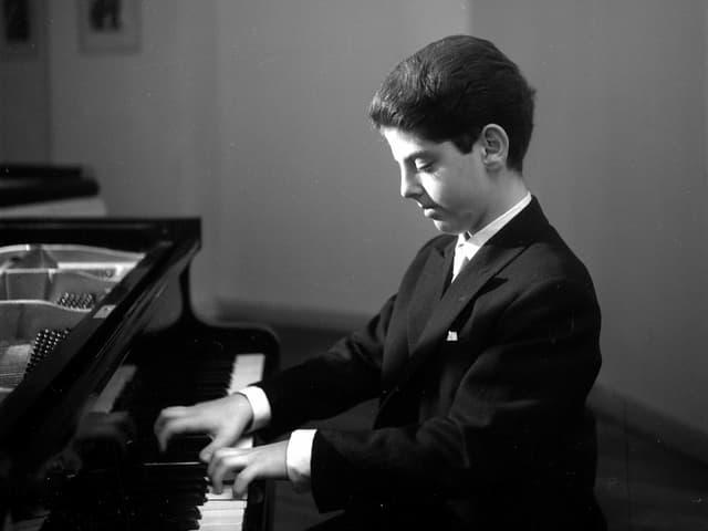 Daniel Barenboim als Junge am Klavier.