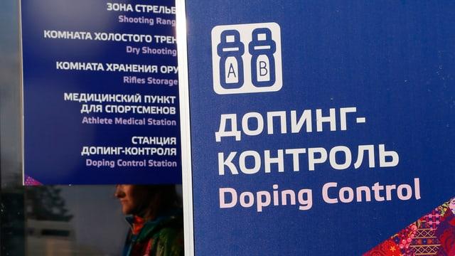 """""""Dopingkontrolle"""" steht in weisser Schrift auf Russisch und Englisch auf einem blauen Schild"""