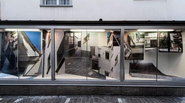 Ansicht eines Schaufensters mit ausgestellten Fotografien