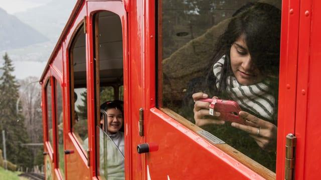 Touristen fahren mit der Zahnradbahn auf den Pilatus – das Handy immer bereit (Archivbild).