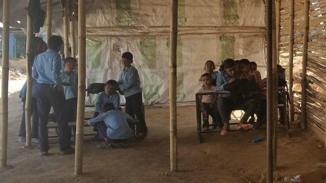 Ein Schulprovisorium in Nepal ein halbes Jahr nach den Erdbeben