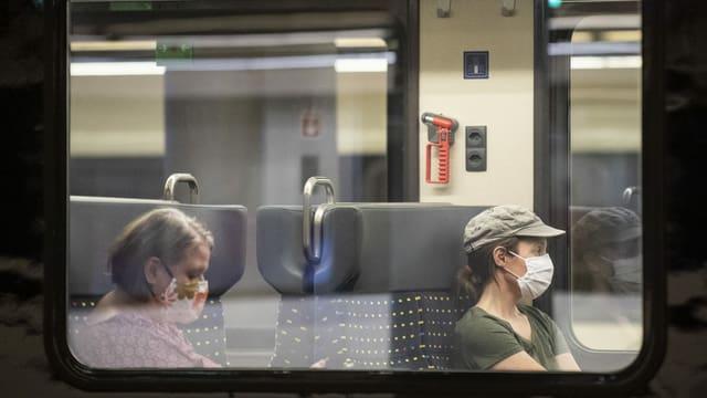 Eine Frau mit Atemschutzmaske wartet im Hauptbahnhof in ihren Zug, aufgenommen am Freitag, 3. Juli 2020 in Zuerich.