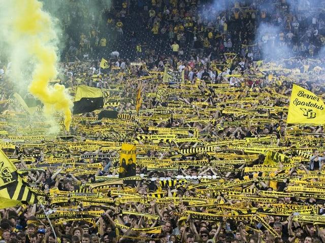 Die Berner Fans feierten den Titel ausgelassen.