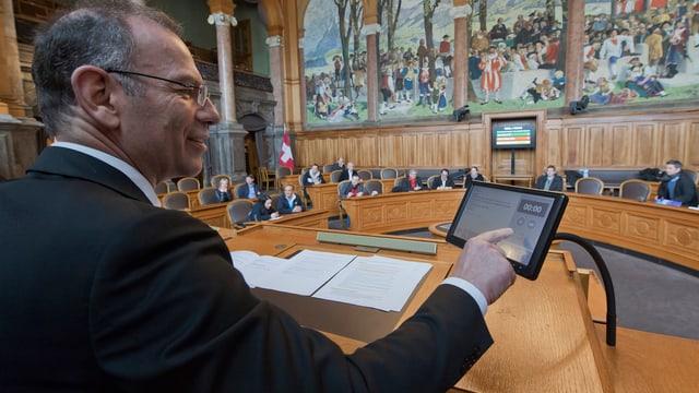 Ständeratspräsident Hannes Germann testet die neue elektronische Abstimmungsanlage im Ständeratssaal in Bern.