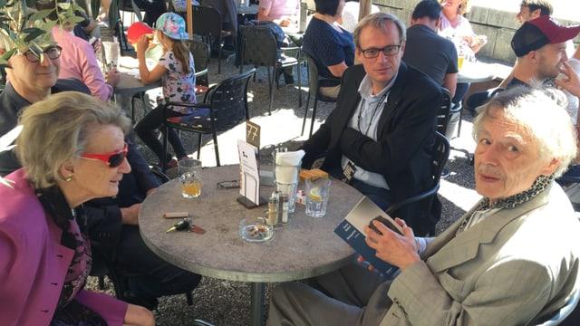 Ernst Halter und seine Partnerin beim Mittagessen in einem Gartenrestaurant.