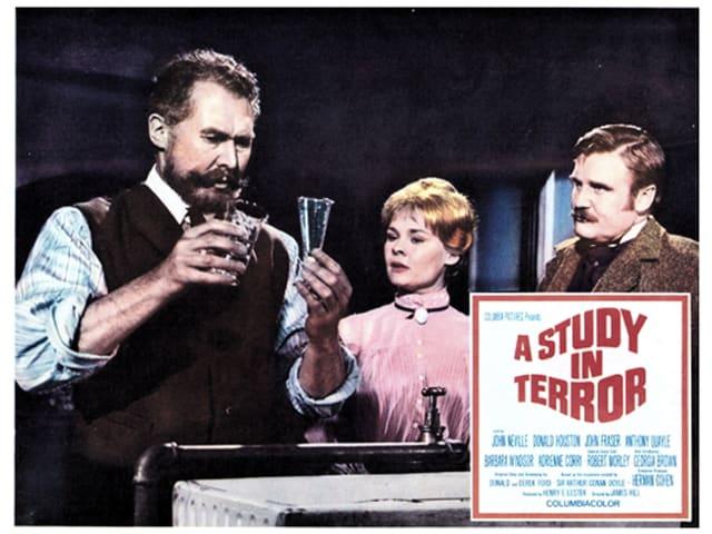 Filmplakat: Dench neben zwei Männern.