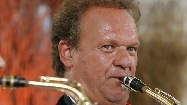 Carlo Brunner am Saxophon spielen