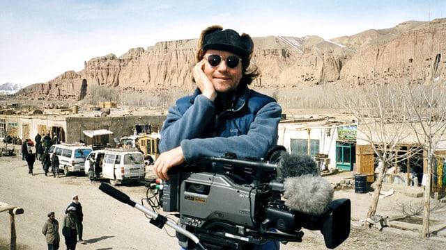 Christian Frei mit Kamera, Mütze und Sonnenbrille in Afghanistan.