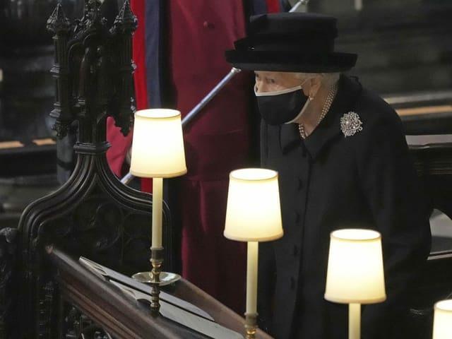 Die Queen in schwarzer Kleidung