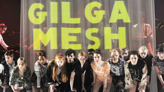 Berliner Jugendlichen in einer Reihe vor Transparent mit «Gilgamesh».