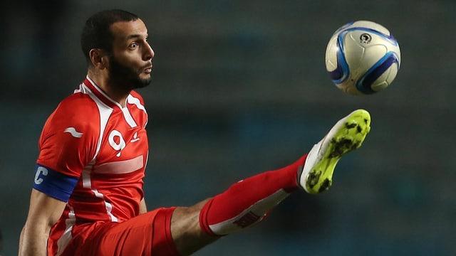 Yassine Chikhaoui bei einer Ballabnahme im roten Tunesien-Trikot.