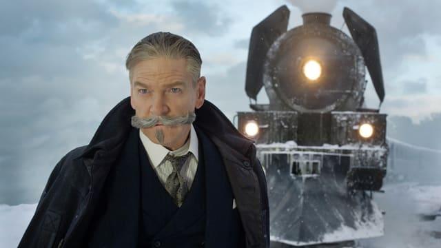 Hercule Poirot vor dem Orient Express.