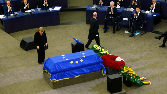 Angela Merkel vor dem Sarg von Helmut Kohl.