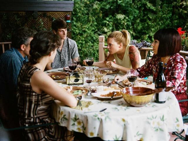 Marion Cotillard, Vincent Cassel, Gaspard Ulliel, Léa Seydoux und Nathalie Baye sitzen um einen Esstisch.