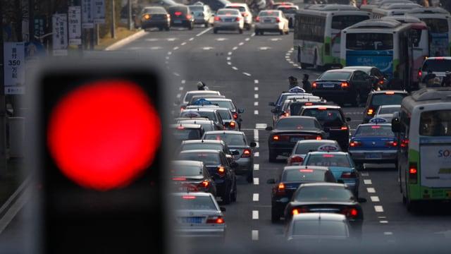 Eine rote Ampel und dichter Verkehr in China (reuters/archiv)