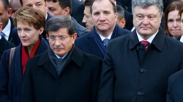 Sommaruga, Davutoglu und Poroschenko in vorderster Reihe nebeneinander am Trauerzug in Paris.