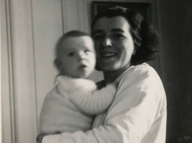 Mutter hält Baby im Arm.
