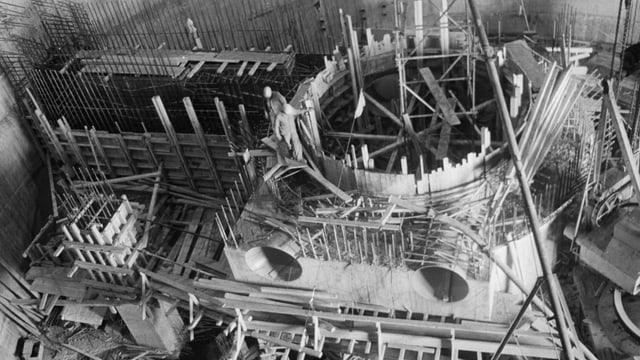 Bauarbeiter bei einem Holzgerüst.