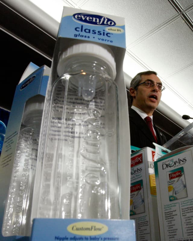 Tony Clement kündigte im April 2008 ein Importverbot für Babyflaschen aus Polycarbonat an.
