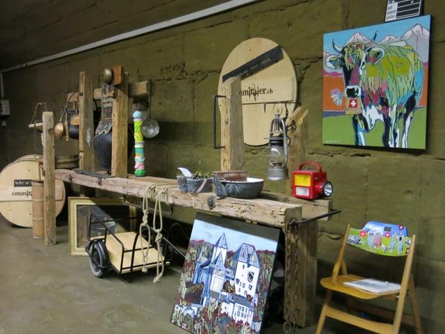 Mehrere Bilder und Kuhglocken in einer Werkstatt