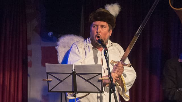 Matto Kämpf singt.