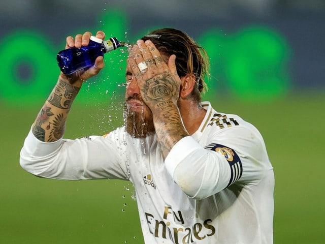 Sergio Ramos gönnt sich eine Abkühlung.