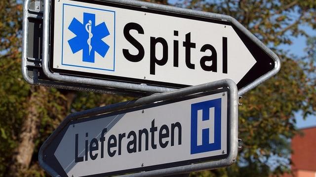 Strassenschilder: «Spital» nach rechts und «Lieferanten» nach links.
