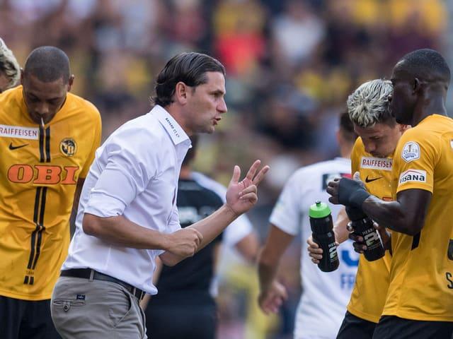 Gerardo Seoane gibt Spielern Anweisungen