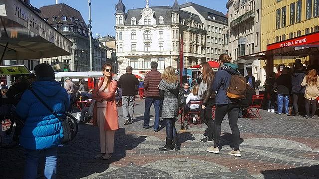 Leute stehen auf dem Basler Marktplatz bei den Essensständen an.