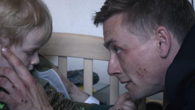 Cuter Pechvogel der Serie: Automechaniker Nicky (Esben Smed Jensen) mit seinem Sohn.