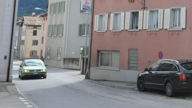 La via principala tras il vitg da Trun sin l'autezza dal hotel Cruna