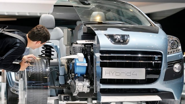 Ein Mann begutachtet ein Hybrid-Konzept-Auto am Autosalon Genf.