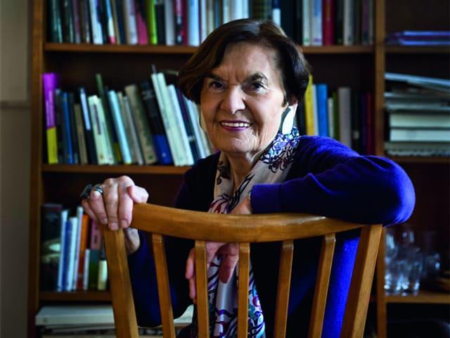 Ruth Binde sitzt auf einem Stuhl.